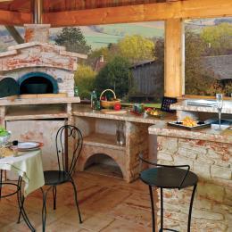 cuisine dextrieure avec four pizza meubles de rangement et bar