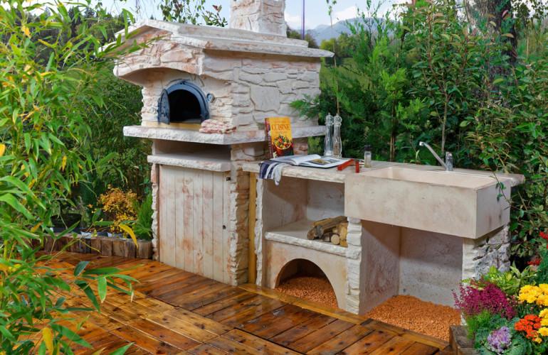 Cuisine d'été avec four à bois et évier