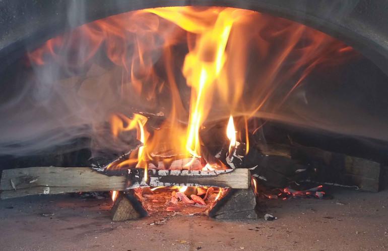 démarrage d'un feu dans un four à bois