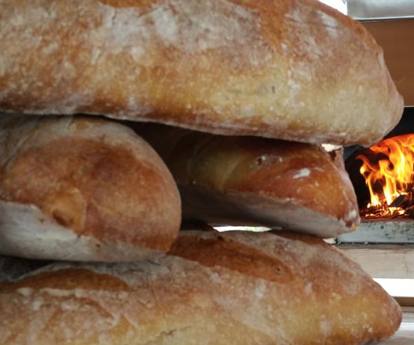 pain cuit au four à bois